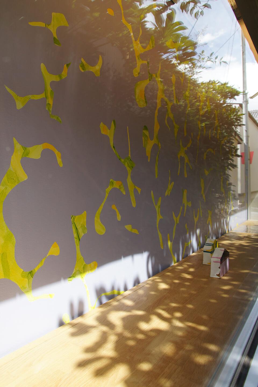 「悲しいほどお天気」<br /> 2011<br /> 240×150cm<br /> acrylic direct on wall<br /> Gallery OUT of PLACE NARA<br /> <br /> *恒久設置中:2020/4月現在