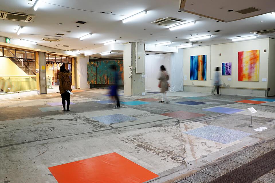 「下町芸術祭-ウィズペインター」<br /> アスタくにづか空店舗/神戸<br /> <br /> 「カオスモスペインティング-chaosmos painting」<br /> 2015<br /> 100×100cm 20面<br /> acrylic on floor