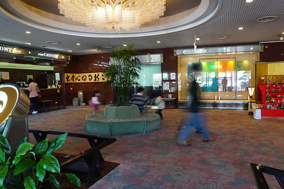 「美作三湯芸術温度」<br /> Exhibition site view<br /> 湯郷グランドホテル エントランスホール/岡山