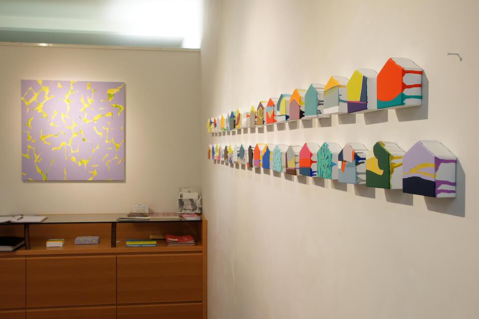 [左]「悲しいほどお天気」<br /> 2011<br /> 80.3×80.3cm<br /> acrylic on canvas<br /> <br /> [右]「uchiuchi」<br /> 2011<br /> 8×10×3.5cm<br /> acrylic on canvas,original panel<br /> <br /> Exhibition site view<br /> Gallery OUT of PLACE NARA