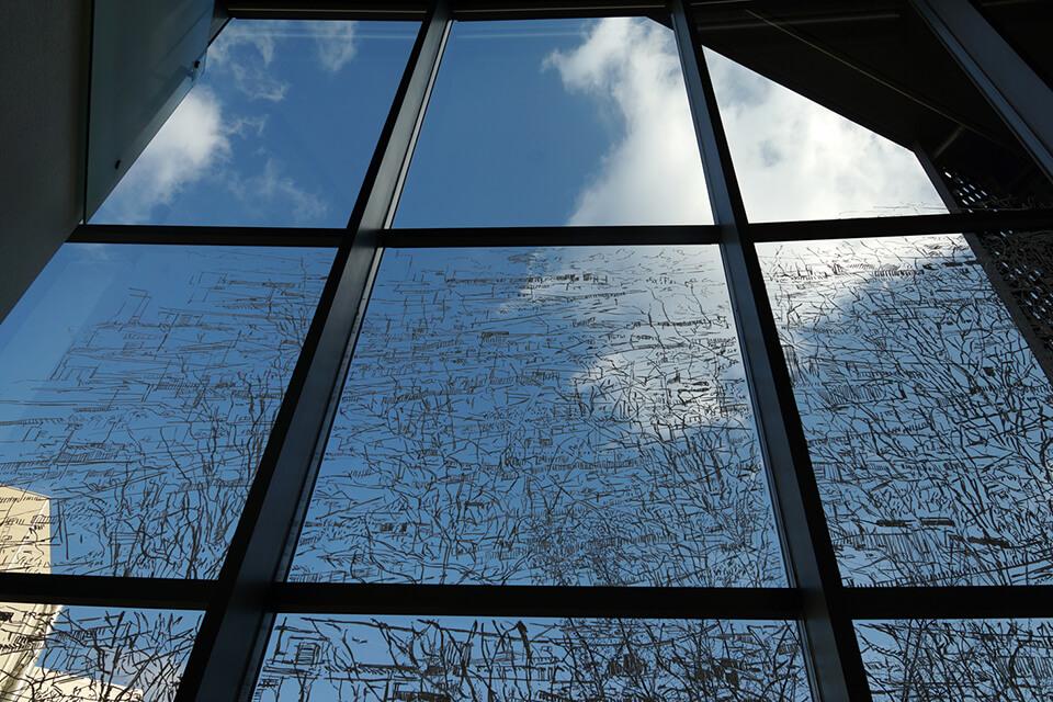 「BEYOND~コチラとムコウ in 茨木~ 」<br /> 2014<br /> 2階吹き抜け 2500×450cm 他<br /> 施設内の4カ所、計20数枚の窓ガラスに直接ドローイング<br /> lacquer marker direct on window<br /> 茨木市立生涯学習センターきらめき/大阪