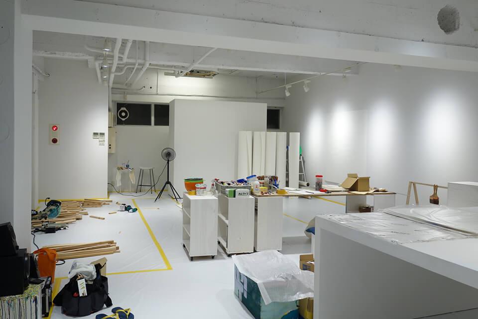 「中島麦 BECOME THE RESIDENT of KITAHAMA N BLDG. produced by infix」<br /> 2014/08<br /> 公開制作の様子/Exhibition site view<br /> 作品制作の場としてKITAHAMA N BLDG.の地下空間を1ヶ月使用、その後もひと月に渡り作品を展示。過程、痕跡、そこで生まれたものをすべて公開した出張アトリエプロジェクト。<br /> KITAHAMA N BLDG. 地下/大阪