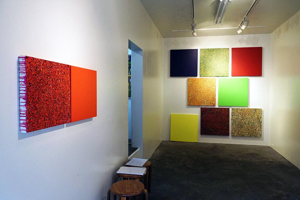 [左]「カオスモス ペインティング~chaosmos painting」<br /> 2015<br /> 41×41×4cm<br /> acrylic on canvas<br /> [右]「悲しき南回帰線 tristes tropiques」<br /> 2014-15<br /> 72.7×72.7×4.5cm <br /> acrylic on canvas