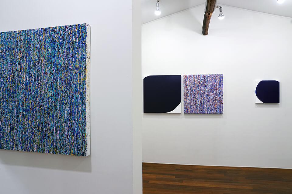 [左]「WM-W」<br /> 2016<br /> 72.7×72.7×4.5cm<br /> acrylic on canvas<br /> <br /> [右]「WM-set」<br /> 2016<br /> 72.7×72.7×4.5cm<br /> acrylic on canvas