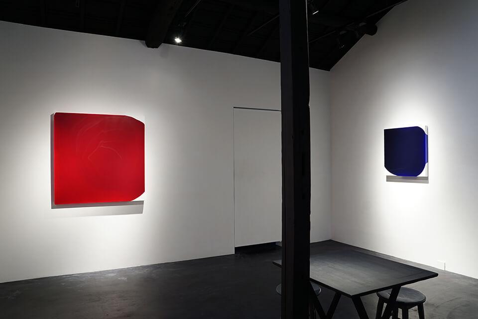 [左]「WM-M」<br /> 2017<br /> 100×100×4.5cm<br /> acrylic on canvas<br /> <br /> [右]「WM-M」<br /> 2016<br /> 61×61×4.5cm<br /> acrylic on canvas