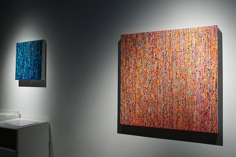 [左]「WM-W」<br /> 2017<br /> 41×41×4.5cm<br /> acrylic on canvas<br /> <br /> [右]「WM-W」<br /> 2017<br /> 72.7×72.7×4.5cm<br /> acrylic on canvas