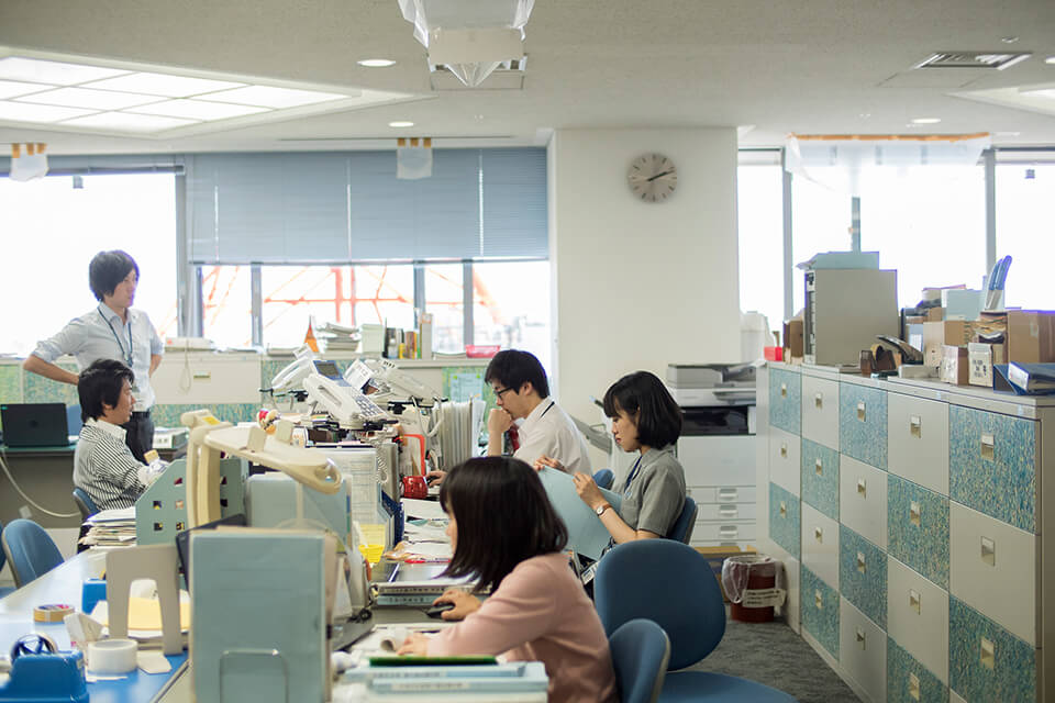 「WM」<br /> 2016-17<br /> acrylic direct on office furniture<br /> 茨木市役所南館8階 文化振興課/大阪