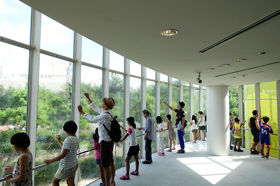 「コチラとムコウ in びはく」<br /> 2016<br /> 窓のムコウ側に見える景色を、コチラ側の窓ガラスに特殊なマーカーで描くワークショップ<br /> 芦屋市立美術博物館/兵庫<br /> [びはくルーム]