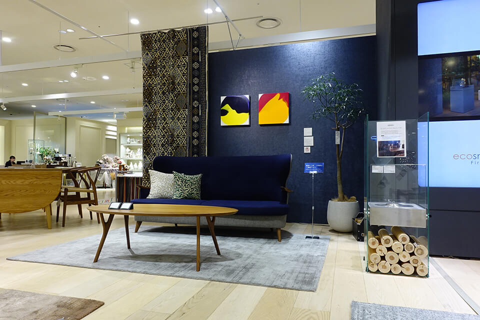 「アートから始めるインテリア」<br /> 2018<br /> Exhibition site view<br /> <br /> 「luminous dropping」<br /> 作品制作:2018<br /> acrylic on canvas<br /> コンフォートQ/阪急うめだ本店/大阪