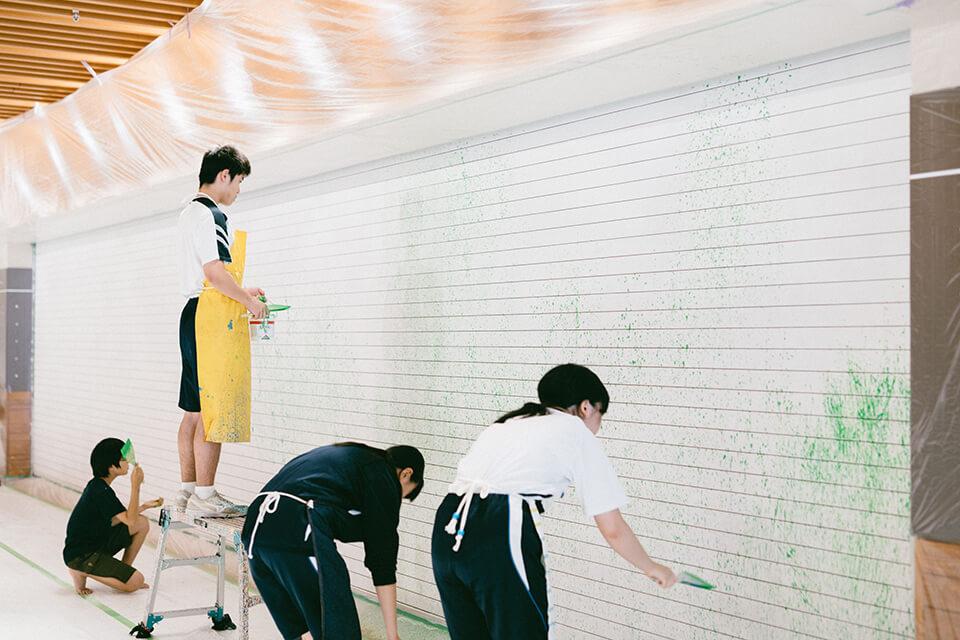 「みんなで描こう、大きな抽象画」<br /> 新長田合同庁舎オープン前スペシャルワークショップ<br /> 2019<br /> <br /> 2019年9月末にオープンする新長田合同庁舎1階の「兵庫県立神戸生活創造センター」のシャッター面に街の皆さんと絵を描きました。<br /> 1日目「抽象画」って何?ということを切り口に、前半はそれぞれが20号(72.7×60.6cm)のキャンバス、後半に皆で2.1×10mのキャンバスロールに身体を使って描きました。<br /> 2日目、大きなシャッター面に絵具でドロッピング。皆さんのファーストタッチした色の上に、僕が加筆し壁画は完成。<br /> 壁画は恒久設置、キャンバスロールに皆で描いた抽象絵画は新庁舎に展示。<br /> 参加者:近隣の中高生約10名+α<br /> 新長田合同庁舎/神戸<br /> 主催:新長田アートコモンズ実行委員会 兵庫県<br /> 写真:岩本順平氏
