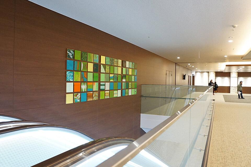 ワークショップ「ペイントワークワークショップ」 アートワーク設置<br /> 2018<br /> いわき市総合医療センター メインエレベーターホール、各階EVホール他、館内各所。<br /> 他各種サイン棟にも使用 <br /> いわき市/福島