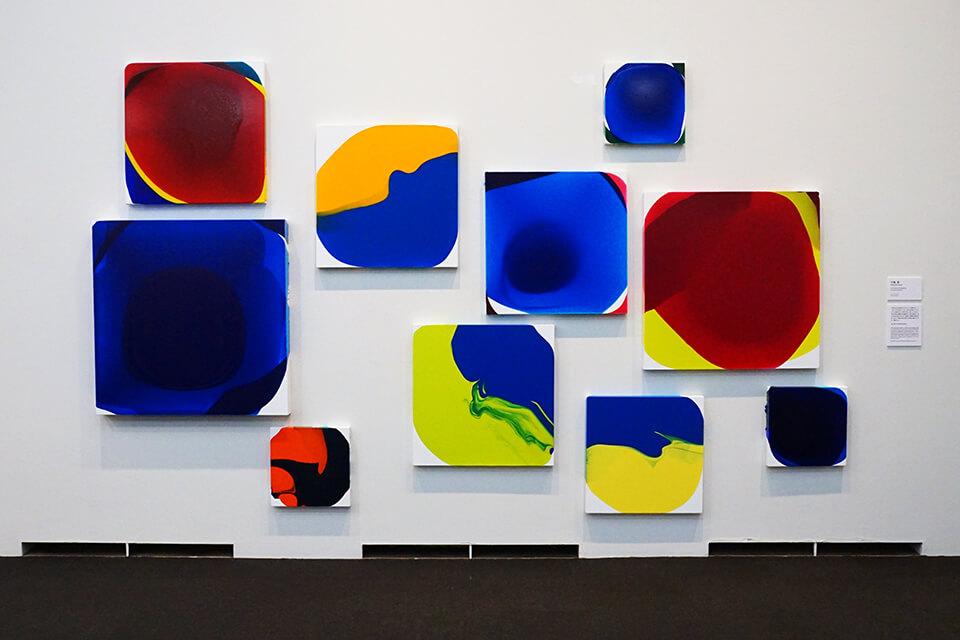 「VOCA展2019」<br /> 2019<br /> 「luminous dropping」<br /> 41×41×4cm~100×100×10cm<br /> 作品制作:2018<br /> acrylic on canvas<br /> 上野の森美術館/東京