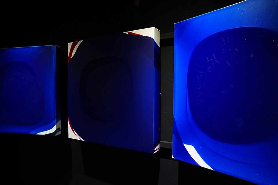 「luminous dropping」<br /> 2018-19<br /> 100×100×10cm 3点 <br /> acrylic on canvas<br /> <br /> Gallery白 kuro/大阪
