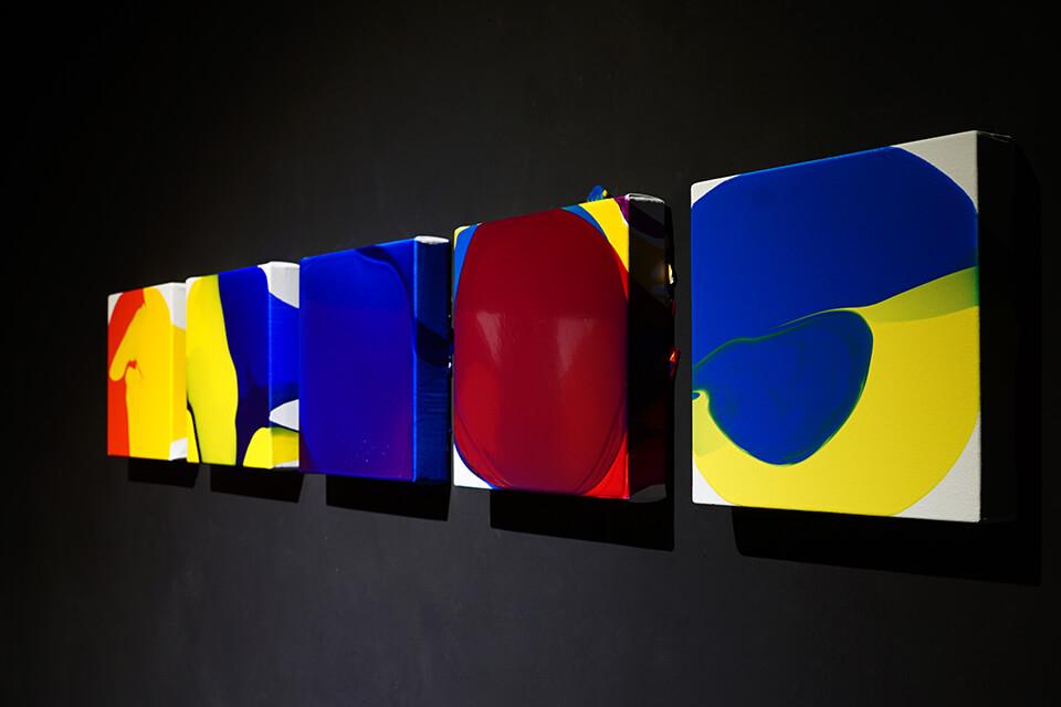 「luminous dropping」<br /> 2019<br /> 22.7×22.7×3.5cm 5点<br /> acrylic on canvas<br /> <br /> Gallery白 kuro/大阪